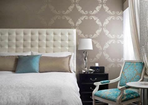 Suggerimenti su come arredare con stile un bagno materico. soluzione d'arredo per una camera da letto con testata bianca trapuntata, pareti color tortora ...