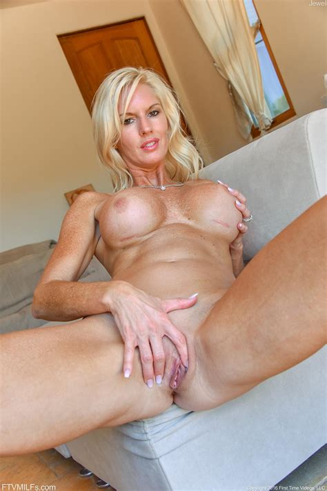 Blonde Babe Jewel Shows You Her Big Tits And Wet Pussy Coed Cherry