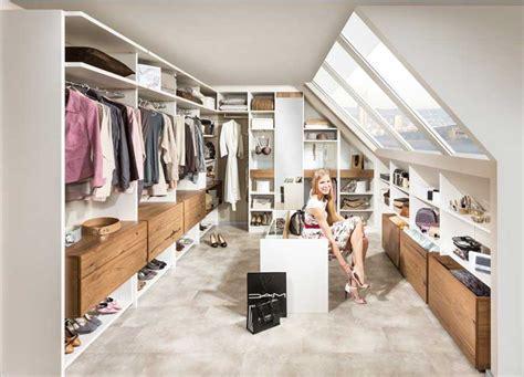 begehbarer kleiderschrank im schlafzimmer begehbarer kleiderschrank in dachschräge mit etwas stauraum und schubladen aus teakholz für