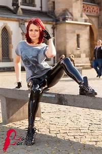 Verpackt In Latex : cute lara wearing latex in public casual lara larsen pinterest latex leather and sexy latex ~ Watch28wear.com Haus und Dekorationen
