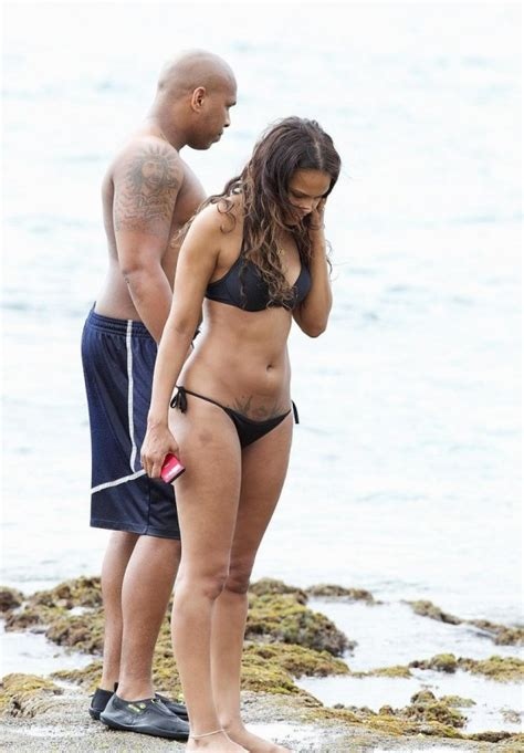 samantha mathis bikini samantha mumba wear black bikini in hawaii 08 gotceleb