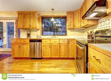 meuble cuisine avec ier int r cuisine en bois d 39 or avec le plancher en bois dur photo