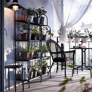 Gartenmöbel Kleiner Balkon : ein kleiner balkon mit l ck regalen l ck sessel mit kissen und tisch in grau in den regalen ~ Indierocktalk.com Haus und Dekorationen