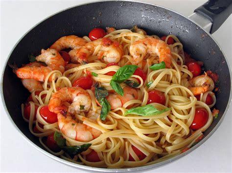 cuisiner crevette pâtes aux crevettes tomates et basilic faciles cuisine az