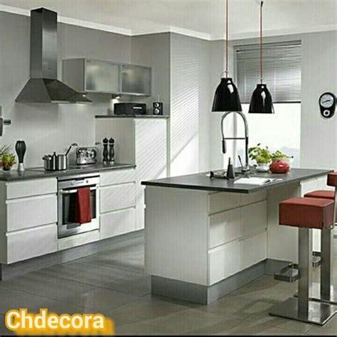 cocina en blanco lacado sin tiradores  encimera de