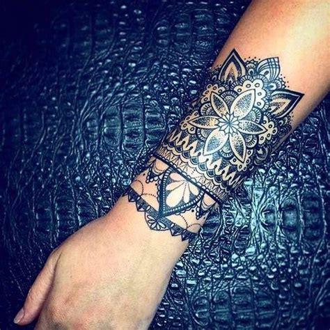 tatouage femme avant bras mandala effet bracelet large