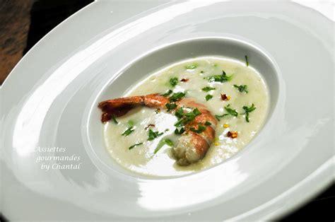 recette de cuisine gastronomique de grand chef crème de pommes de terre gambas et condiment cresson