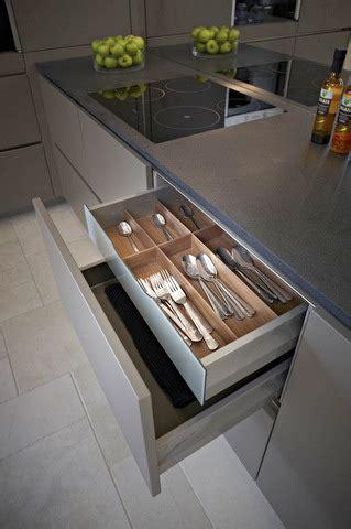 display systemat av beige grey matt lacquer kitchen