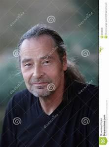 Queu De Cheval Homme : homme d une cinquantaine d ann es charismatique avec une queue de cheval ~ Melissatoandfro.com Idées de Décoration