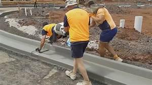 Bordure En Ciment : 3 personnes pour lisser une bordure de ciment ~ Premium-room.com Idées de Décoration