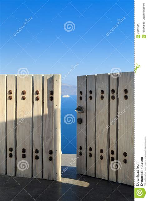 vue de la caldeira par la porte en bois ouverte photo stock image 63112596