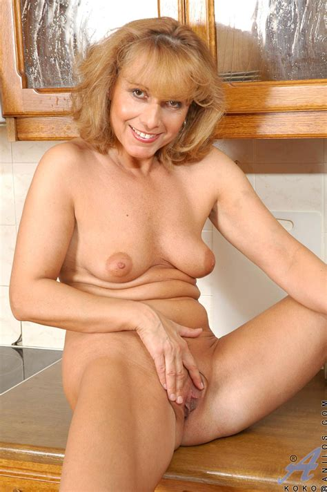 Mature Blonde Babe Exposing Her Boobs And Pussy With Naked Body Porn Tv