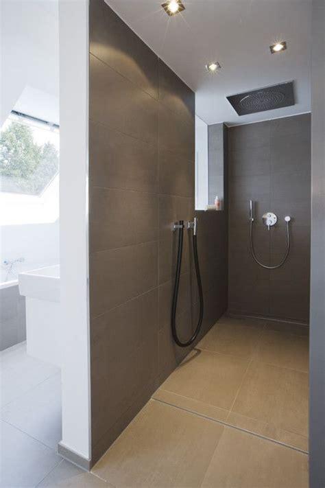 minimalistische fliesen  begebarer dusche mit