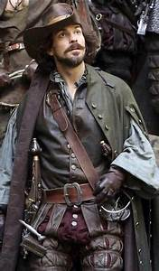 Pass Aramis : tom burke as athos in the musketeers pers pinterest tom burke larp armor and larp ~ Gottalentnigeria.com Avis de Voitures