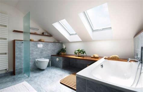 Kleines Badezimmer Mit Dachschräge Fliesen by Badezimmer Dachschr 228 Ge Fenster Badewanne Graue Fliesen