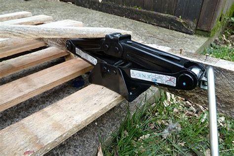un en bois astuce du jour utiliser un cric pour d 233 monter une palette organisation