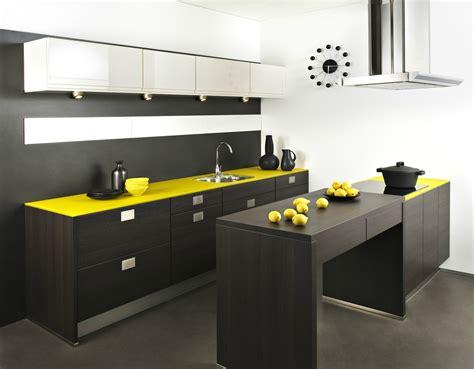cuisine jaune et noir darty cuisine wengé et jaune photo 4 20 spots directionnels au dessus du plan de travail
