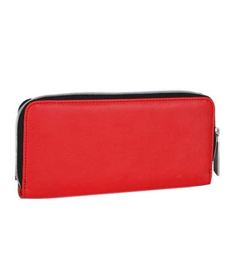 The ferrari wallet has a contrast design with black on the outside and ferrari red on the inside with compartments for your cards, notes and coins and a snap closure. Puma Women Red Ferrari Wallet: Buy Online at Low Price in India - Snapdeal