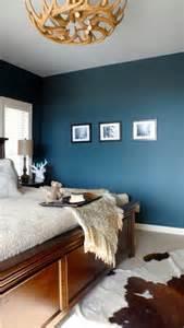 wohnideen schlafzimmer blau wandfarbe schlafzimmer hirschgeweih deko kronleuchter holz blau schlafzimmer einrichtung ideen