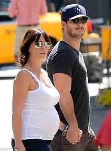 foto de Jennifer Love Hewitt enjoys romantic stroll with fiancé