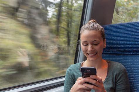 testo viaggio con te donna di acquisto sul telefono fotografia stock immagine