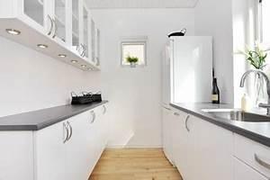 Cuisine Blanche Plan De Travail Gris : cuisine troite blanche plan de travail stratifi gris ~ Melissatoandfro.com Idées de Décoration