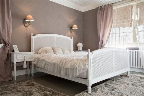 dormitorio de estilo femenino  cama clasica blanca