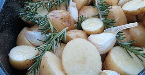 cuisiner des pommes de terre nouvelles pommes de terre nouvelles à l 39 ail et au romarin ma p