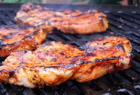 cuisiner des cotes de porc marinade pour côtelettes de porc au four une plume dans