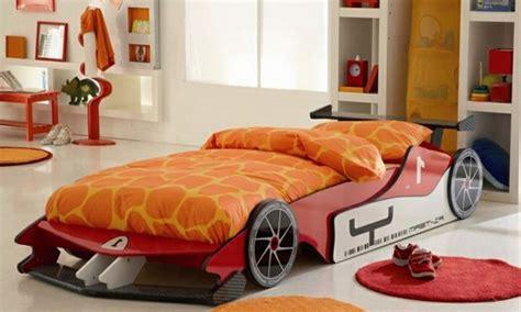 chambre gar輟n voiture le lit voiture pour la chambre de votre enfant archzine fr