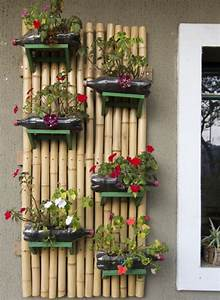 Objetos artesanais na varanda e no jardim