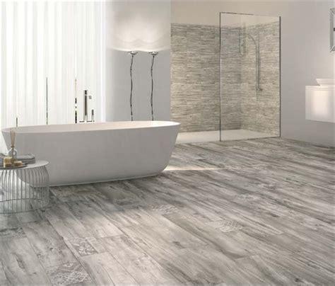 bescheiden badezimmer fliesen holzoptik grau und