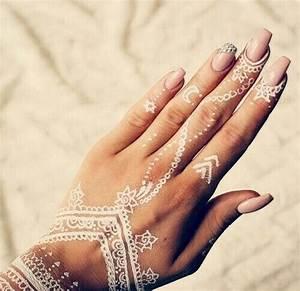 Weißes Henna Tattoo : white henna hand tattoo designs google search finger tattoos pinterest wei e tattoos ~ Frokenaadalensverden.com Haus und Dekorationen