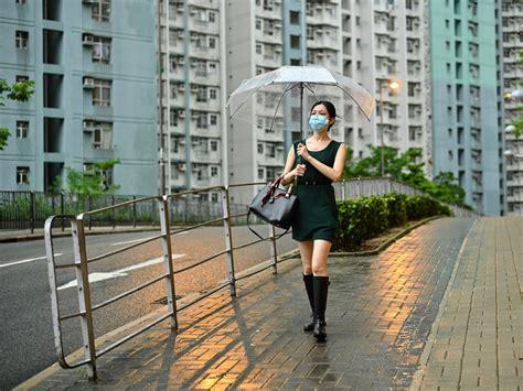 Short for 黃色暴雨/黄色暴雨 in 黃色暴雨警告信號 (amber rainstorm warning signal). 黃雨警告取消   多倫多   加拿大中文新聞網 - 加拿大星島日報 Canada Chinese News