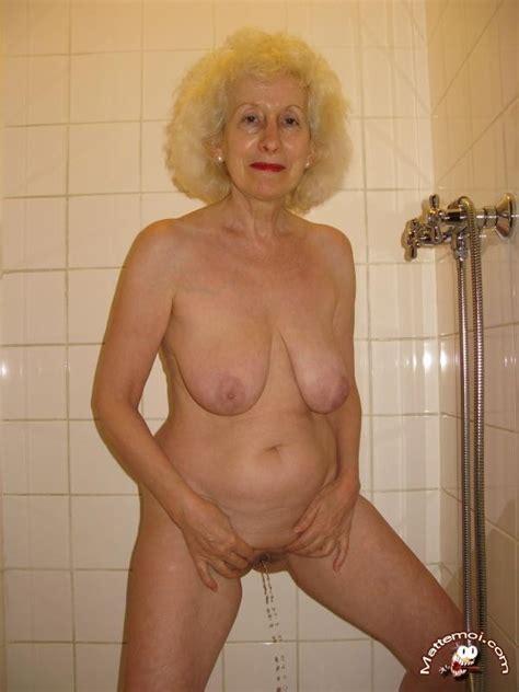 granny peeing home video blog