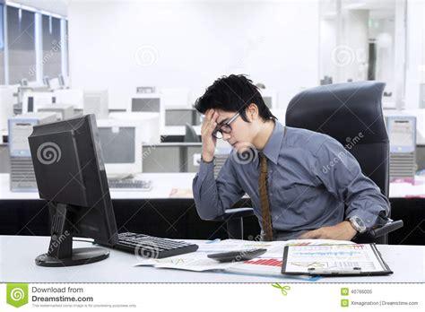 bureau homme d affaire homme d 39 affaires asiatique confus au bureau photo stock