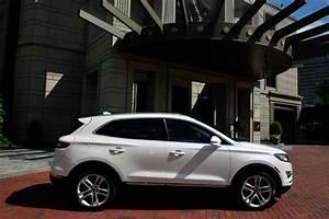 Comparison - Cadillac SRX Premium 2016 - vs - Lincoln MKC