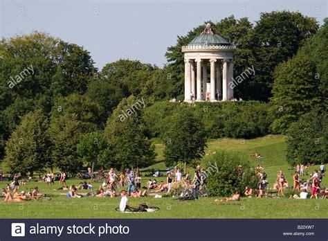 Garten Kaufen München by Menschen In Den Englischer Garten In M 252 Nchen Die Sonne