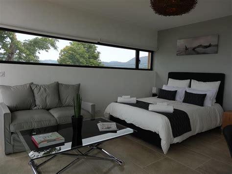 chambre avec nord chambre orientée nord avec fenêtre allongée dans un style