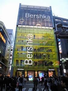 Interactive floor and shop window visuals of Bershka store