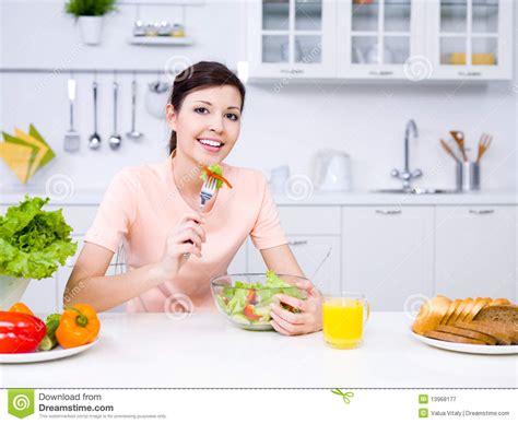 femme a la cuisine femme avec la nourriture dans la cuisine