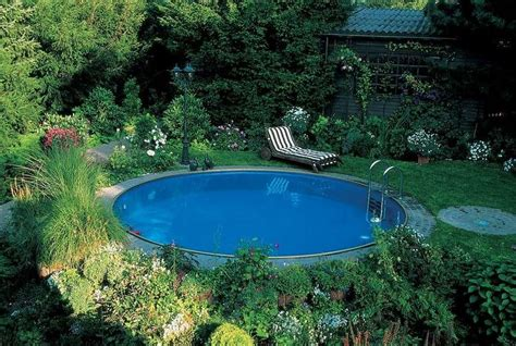 Swimmingpool Im Garten by Runder Swimmingpool Im Garten Liegt Im Schatten Pool In
