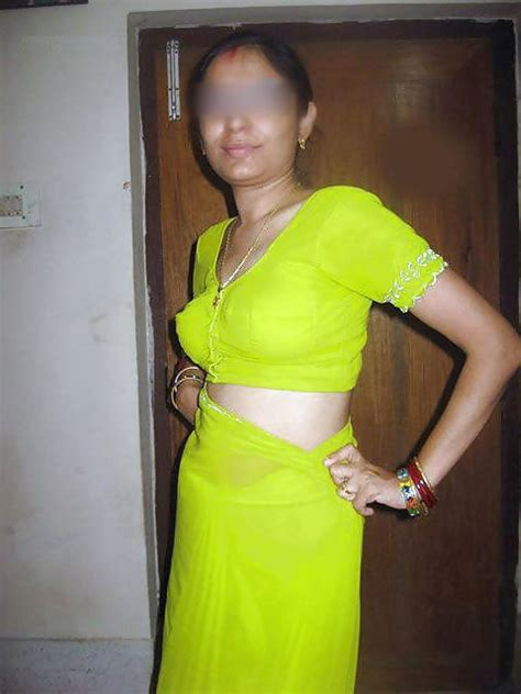Indian Real Bhabi Saree Blouse Back And Bra Removing Pics