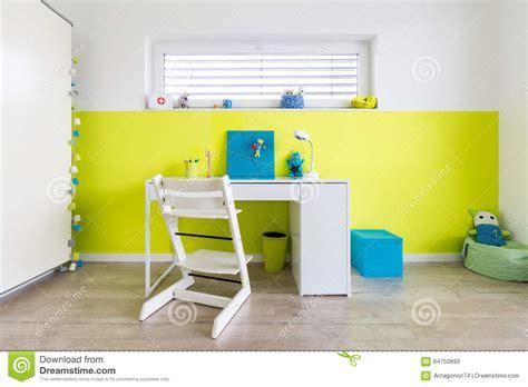 jeux de bureau la salle de jeux des enfants avec le bureau photo stock