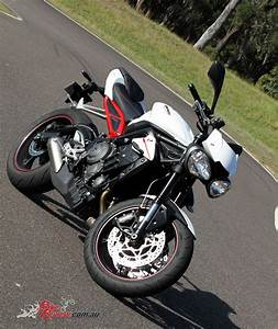 Street Triple 2017 : video review 2017 triumph street triple 765 r bike review ~ Maxctalentgroup.com Avis de Voitures
