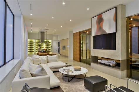 Splashy Tv Easel mode New York Contemporary Family Room