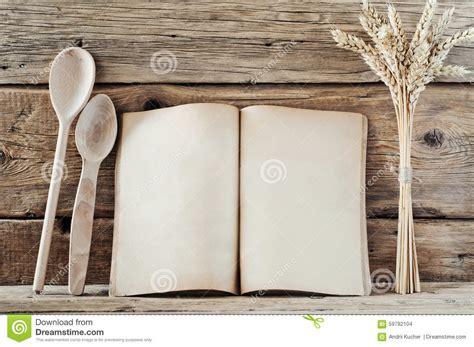 les fonds de cuisine livre de cuisine avec les pages vides sur le fond en bois