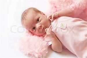 Baby Bettset Mädchen : infant baby girl in pink clothing lying on white ~ Watch28wear.com Haus und Dekorationen