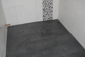 Badfliesen Ideen Kleines Bad : 9 kleines bad mit verfliester duschrinne fliesen fieber ~ Bigdaddyawards.com Haus und Dekorationen