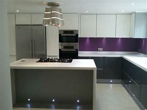 cuisine gris anthracite 56 idees pour une cuisine chic With cuisine aubergine et grise